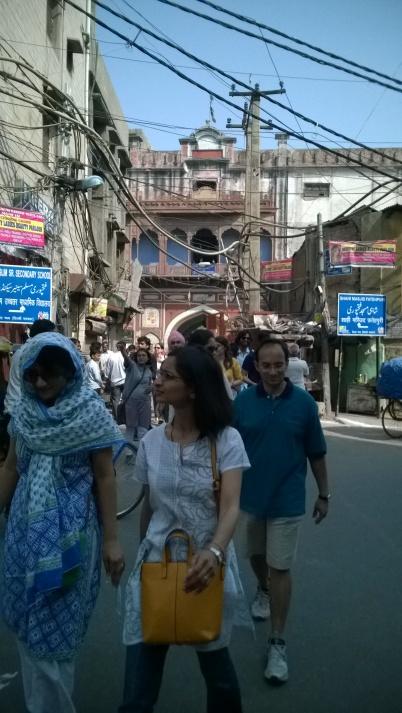 Walking all around the Fatehpuri Masjid